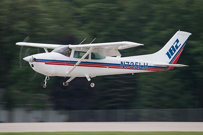 Cessna 182 landing