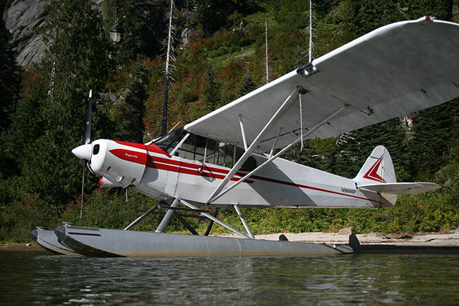 Piper PA-18 on straight floats.