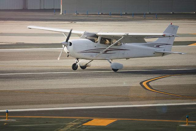 Cessna Skyhawk crosswind landing
