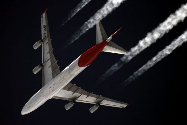 Boeing 747 leaving a contrail