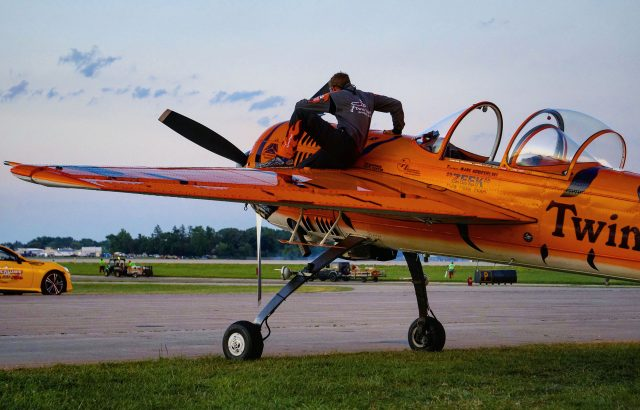 Twin Tigers Airshow Star Mark Nowosielski